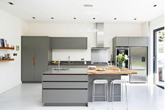 Bố trí bàn bếp giữa căn phòng làm cho căn phòng có cảm giác rộng hơn và to hơn
